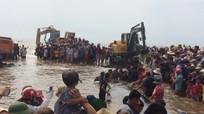 [Video] Hàng ngàn người giải cứu cá voi khổng lồ mắc cạn