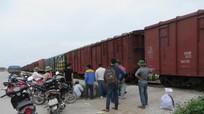 Bị tàu hỏa đâm nguy kịch khi bất cẩn vượt qua đường ray