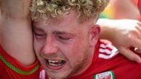 CĐV Wales khóc ngất, người Anh phát cuồng sau chiến thắng