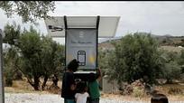 Trạm sạc pin điện thoại năng lượng mặt trời cho người di cư