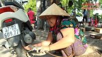 'Chuyện nghề' người phụ nữ 20 năm sửa xe trên vỉa hè phố Vinh