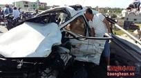 Nghệ An: Xe Hyundai i10 đâm vào lan can cầu, lái xe mắc kẹt trong cabin
