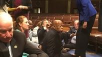 Nghị sỹ Mỹ biểu tình ngồi, đòi siết chặt kiểm soát súng đạn