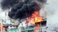 Tàu cá bạc tỷ đang neo đậu tại bến bốc cháy