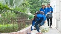 Nghệ An: Sinh viên tình nguyện dọn sạch rác tại các điểm thi