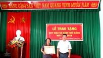 Thị trấn Tân Lạc (Quỳ Châu) trao huy hiệu 50 năm tuổi Đảng