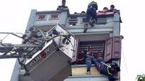 Thót tim giải cứu người đàn ông leo tầng 5 định tự tử