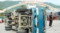 Va chạm với xe tải, xe đông lạnh lật nhào trên QL1A