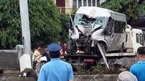 """Mất lái, xe 16 chỗ """"trèo"""" dải phân cách, 8 người bị thương nặng"""