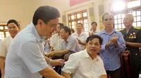 Đồng chí Nguyễn Đắc Vinh thăm, tặng quà các thương, bệnh binh, gia đình chính sách