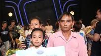 Cậu bé nghèo đoạt giải quán quân 'Thần tượng Âm nhạc nhí'