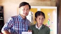 Trao sổ tiết kiệm 27 triệu đồng cho mẹ góa nuôi con tật nguyền ở Nghĩa Đàn