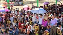 Hàng ngàn người đổ về lễ hội đền Choọng giữa ngày nắng 40 độ
