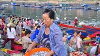 Cửa Lò: Nhộn nhịp bến cá lúc bình minh