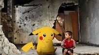 Trẻ em Syria cầm ảnh Pokémon với hy vọng được người lớn giải cứu