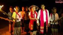 [Lạ] Đốt đuốc đi rước dâu lúc nửa đêm của người Thái miền Tây Nghệ An