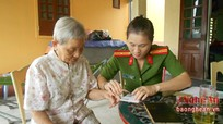 Công an Nghi Lộc làm thủ tục CMND tại nhà cho gia đình Mẹ Việt Nam anh hùng