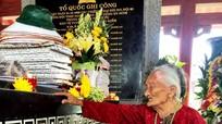 Xúc động hình ảnh mẹ 99 tuổi viếng con tại Truông Bồn