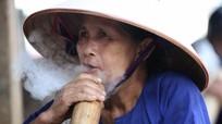 Phụ nữ Mường mơ màng trong làn khói trắng