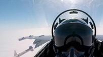 Phi công chiến đấu chụp ảnh selfie lúc tên lửa phóng đi từ máy bay