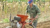 Nông dân tự chế máy làm cỏ, vun gốc ngô từ xe máy cũ