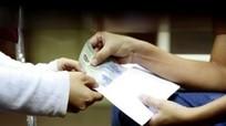 Cán bộ, công chức nhận quà từ 2 triệu đồng trở lên phải nộp lại cho cơ quan, đơn vị