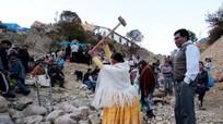 Hàng nghìn người Bolivia tham gia đập đá tìm vận may