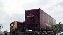 Xe container mất lái nằm trên dải phân cách