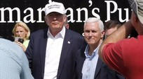 Thăm vùng lũ, Donald Trump tranh thủ chỉ trích Obama