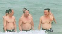 Bộ trưởng Trần Hồng Hà đội mưa tắm biển miền Trung