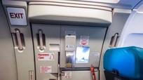 Mở cửa máy bay tự tử vì cãi nhau với bạn gái