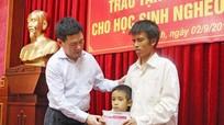 Tổng kiểm toán Nhà nước tặng sổ tiết kiệm cho học sinh nghèo Nghệ An
