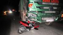 Xe tải nghiền nát đầu xe máy, một người tử vong.