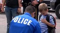 Sự thật về câu chuyện cậu bé 4 tuổi đi khai giảng với 18 cảnh sát