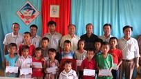 Đô Lương: tặng quà cho 17 học sinh có hoàn cảnh khó khăn