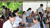 HLV Nguyễn Hữu Thắng tham gia đoàn chữa bệnh cho người nghèo Nghệ An
