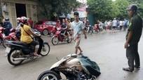 Xe con phóng nhanh tông xe máy, 3 mẹ con nguy kịch