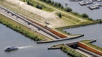 """Cây cầu nước """"phá vỡ mọi định luật vật lý"""" tại Hà Lan"""