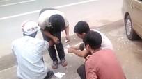 Nhóm thanh niên giúp đỡ người gặp tai nạn