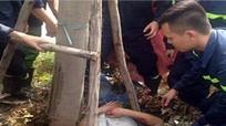 Giải cứu thành công nam thanh niên gặp tai nạn, kẹt dưới gốc cây