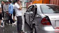Xe 4 chỗ bị đâm móp hông khi va chạm với xe ô tô khách