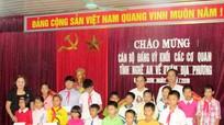 Đảng ủy khối các cơ quan tỉnh tặng quà cho các em học sinh nghèo Đô Lương