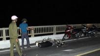 Ô tô con hất văng xe máy trên cầu Rộ