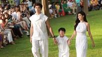 Con trai Trương Quỳnh Anh nhí nhảnh catwalk cùng bố mẹ