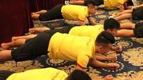 Công Vinh và các tuyển thủ Việt 'lăn lê' ngay tại khách sạn