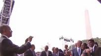 Video Tổng thống Obama chụp ảnh giúp Bush gây sốt