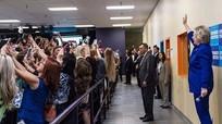 Bức ảnh đám đông đồng loạt quay lưng với Hillary Clinton gây bão