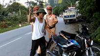 Bị cảnh sát giao thông bắt lỗi, giở 'độc chiêu Chí Phèo'
