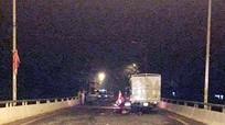 Xe máy lao vào gầm xe tải, 4 người trong 1 gia đình thương vong