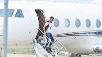 Máy bay của Ronaldo vỡ bánh khi hạ cánh, lao ra ngoài đường băng